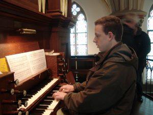 David Dubbink uit Utrecht bereidt zich voor aan de speeltafel van het Halmshaw-orgel 1860 in Neuenhaus