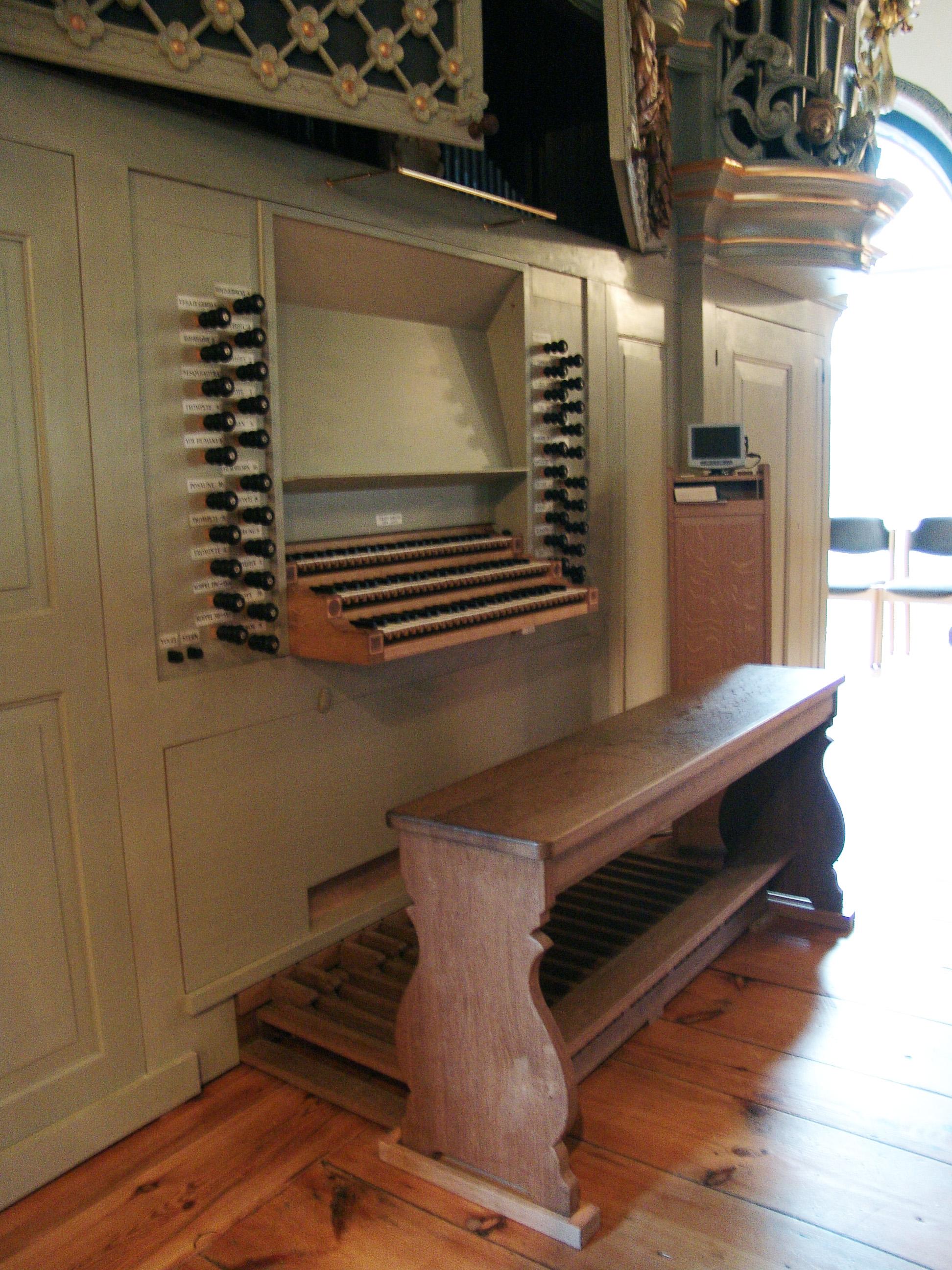 Spieltisch der Ahrend-Orgel