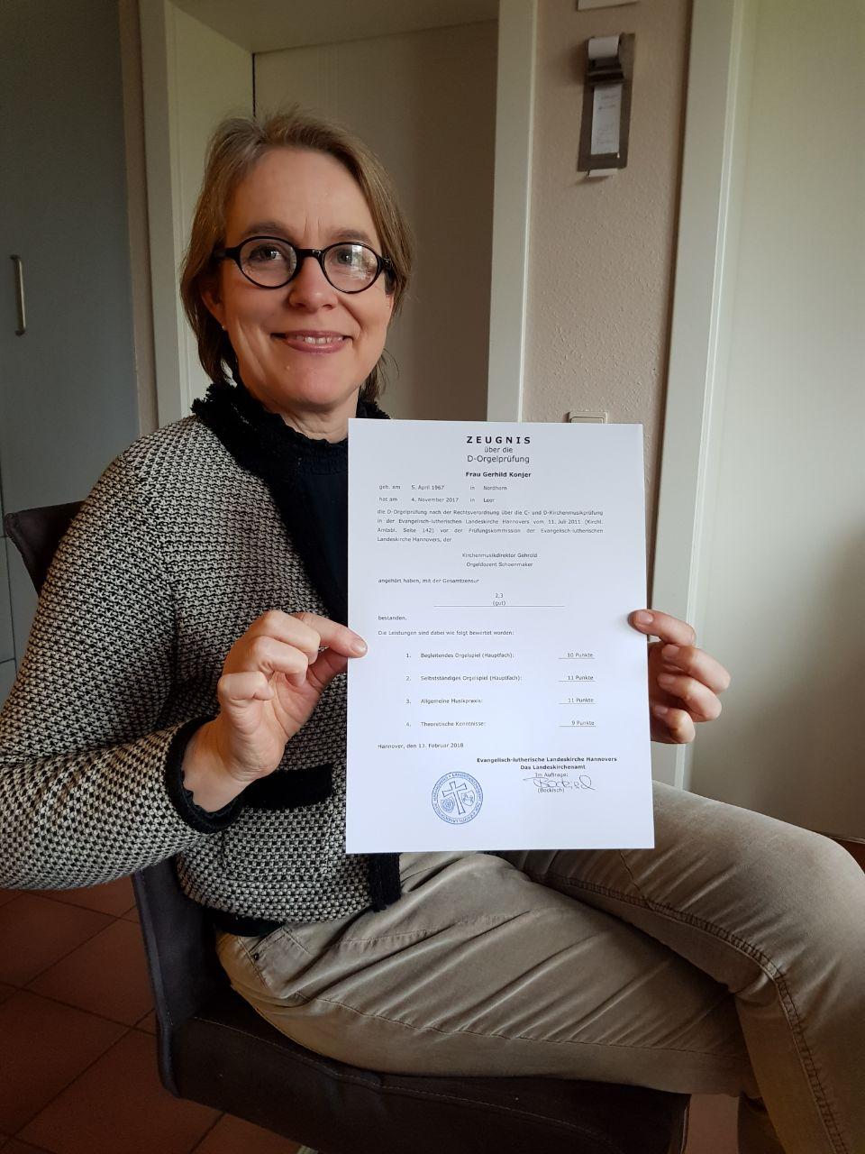 Gerhild Konjer zeigt ihre Urkunde
