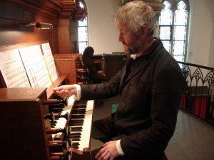 Harry Menninga aan het Halmshaw-Orgel in Neuenhaus